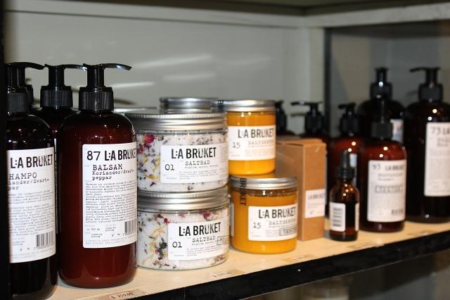 Schampo och balsam (koriander/svartpeppar), saltbad, saltskrubb, jojobaolja m.m.